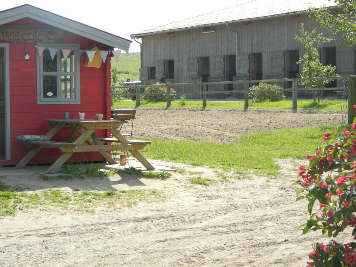 kleine Caffeehütte und Außenreitplatz