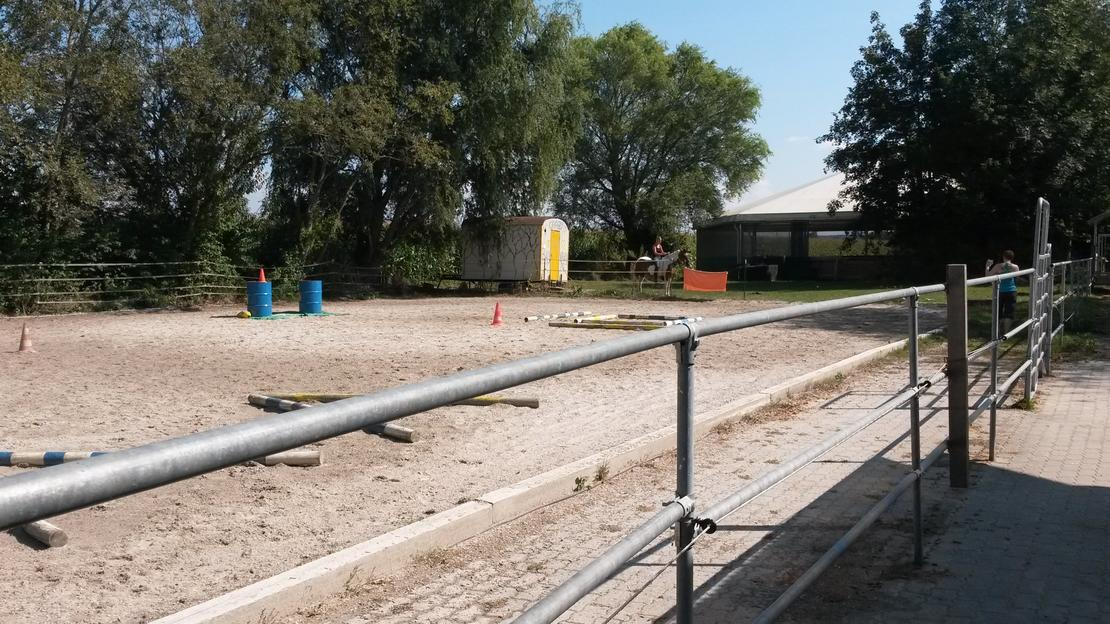 Reitplatz 40x20m mit überdachtem Roundpen