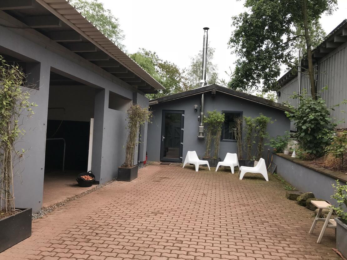 Innenhof mit Sattelkammer und Putzplatz