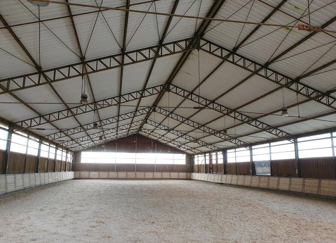 Reithalle 20x45m mit Quarzsand/Fleece Boden
