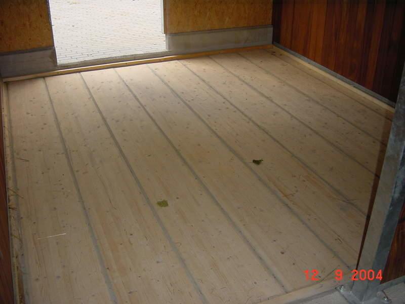 Holzboden in allen Boxen
