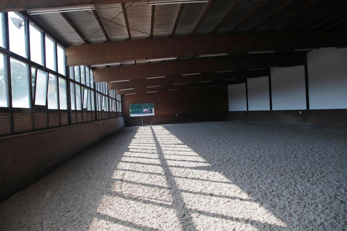 Kleine Halle 20 m x 40 m Quarzsand mit Vlies