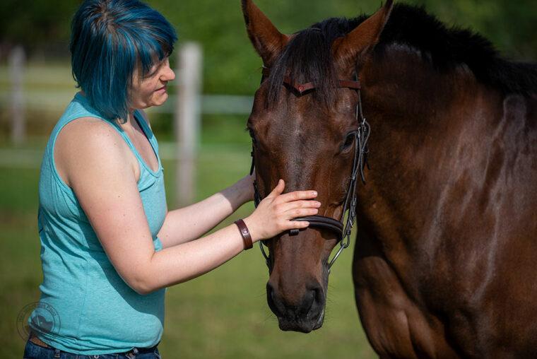 Pferd mit Lederstirnriemen, Reiterin mit passendem Armband