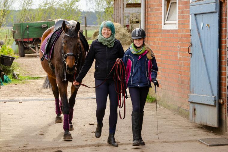 gesatteltes Pferd mit Mutter und Tochter