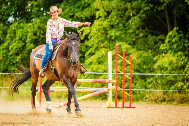Westernreiterin im Westernpferd bei Show auf Reitplatz